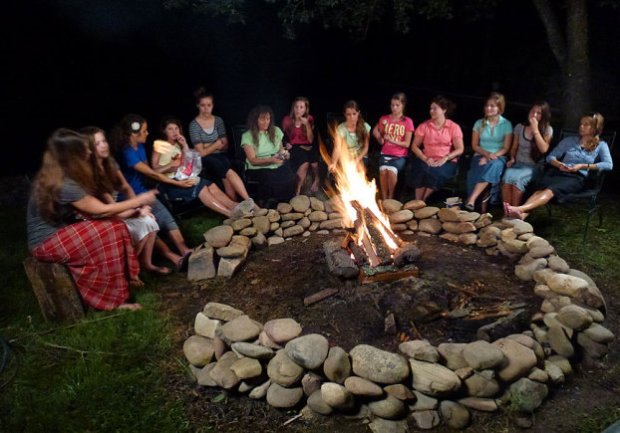 The Duggar and Bates girls campfire chatting